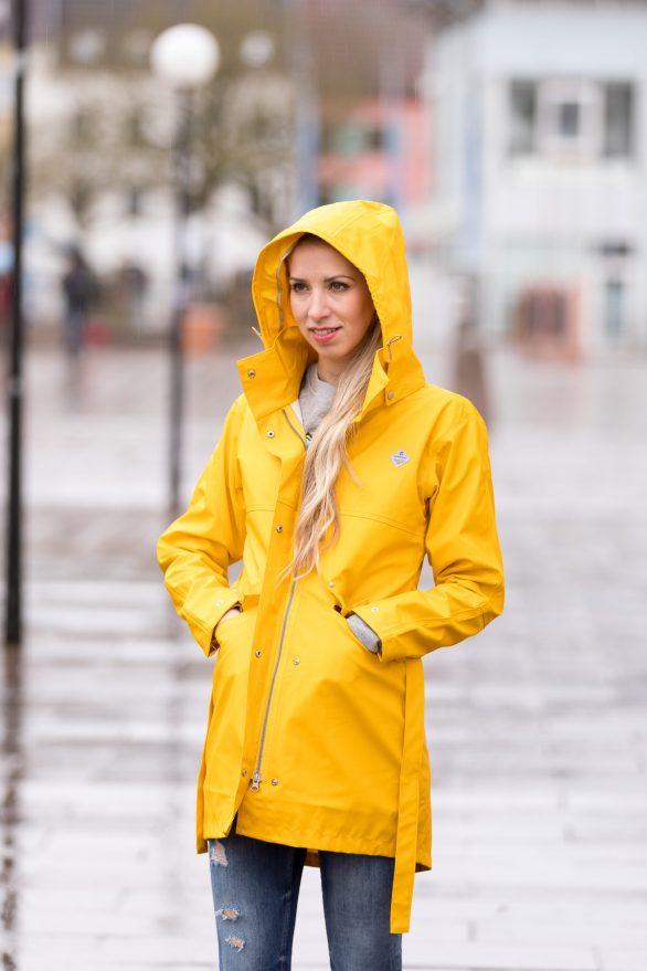 Fashionblogger Saarland Blogger Deutschland German Fashionblog Didriksons Regen Outfit Raincoat yellow Blogger Modeblogger Mode Lifestyle Streetstyle Hunterboots Hunter schwarz