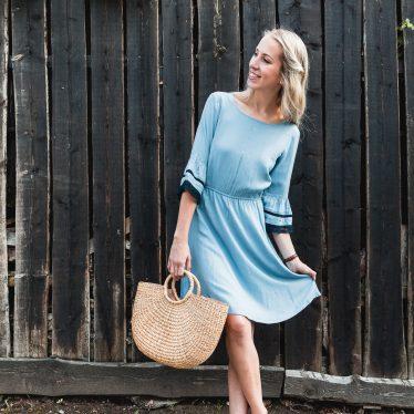 Blaues Mint&Berry Kleid – Ein Look mit Seegras-Accessoires
