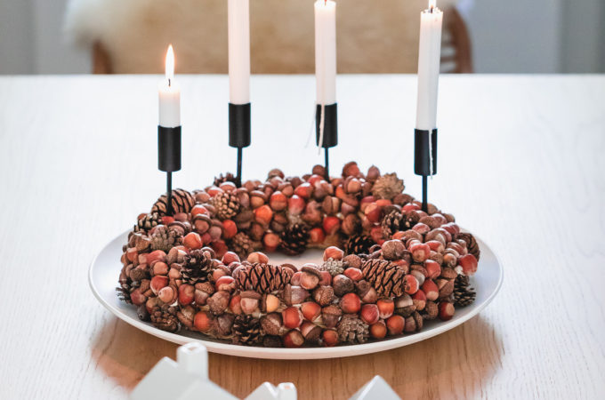 DIY Herbstkranz / Adventskranz aus Nüssen, Eicheln und Zapfen